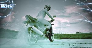 Nahá dívka na motorce